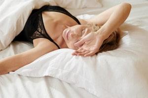 dormire abbracciati al cuscino